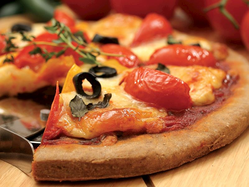 DOMATESLİ VE MOZZARELLA PEYNİRLİ PİZZA