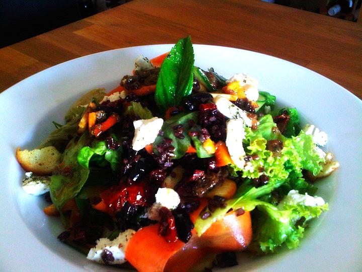 Esmer pirinçli yeşil salata