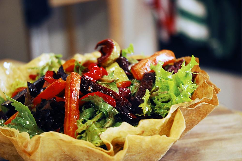 Yufkalı Çanak içinde Sebzeli Salata